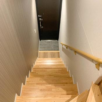 階段を降りて、1階部分に玄関があります。※写真は前回募集時のものです