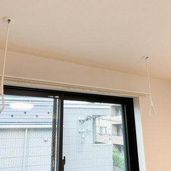 リビングの窓辺に室内干しフックも付いています。※写真は前回募集時のものです