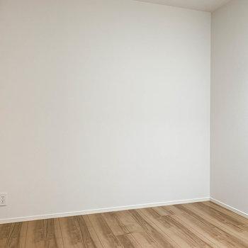 【洋室4.8帖】扉の向かい側。ベッドなども置けそうです。※写真は前回募集時のものです