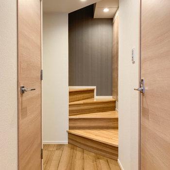 リビングから廊下へ。左右に扉があります。※写真は前回募集時のものです