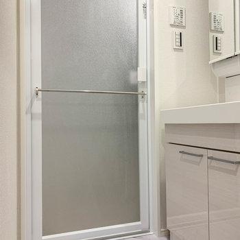 廊下途中、真ん中の扉を開けると脱衣所へ。※写真は前回募集時のものです