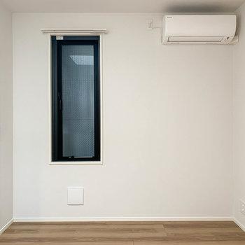 【洋室4.8帖】廊下から手前の洋室です。ここはややコンパクト。※写真は前回募集時のものです