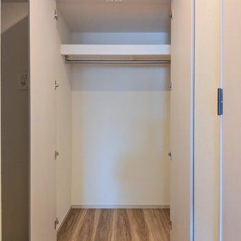 玄関横には大きなクローゼット※写真は8階の同間取り別部屋のものです