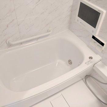 浴槽の深さもゆったり※写真は8階の同間取り別部屋のものです