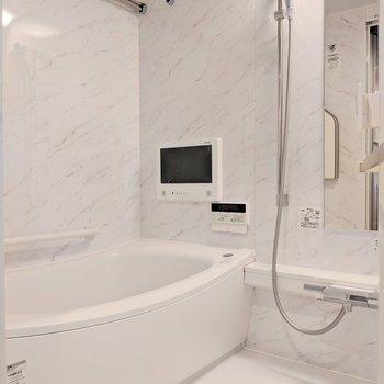 浴室乾燥機付きのお風呂※写真は8階の同間取り別部屋のものです