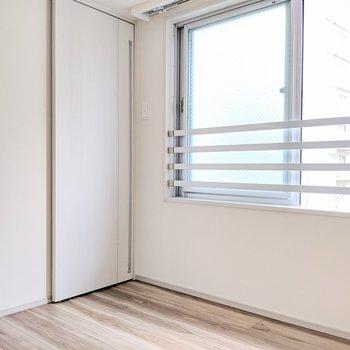 【洋室②】こちらもよく風が通ります※写真は8階の同間取り別部屋のものです