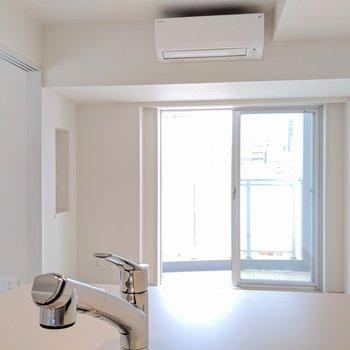【リビング】キッチンからの眺め※写真は8階の同間取り別部屋のものです