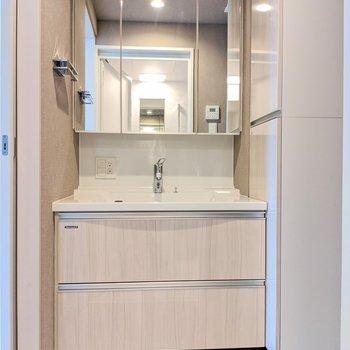 収納力が高い洗面台※写真は8階の同間取り別部屋のものです