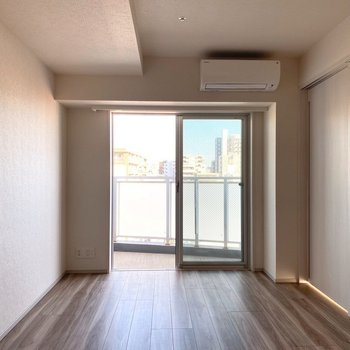【LDK】フローリングは木目調。※写真は11階の同間取り別部屋のものです
