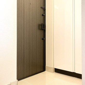 玄関もきれいですね。※写真は11階の同間取り別部屋のものです