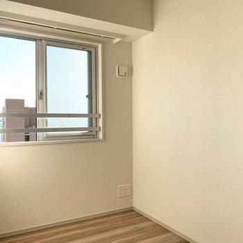 【Bed Room2】こちらにも窓があり明るいです。※写真は11階の同間取り別部屋のものです