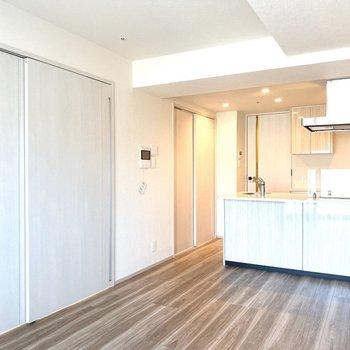 【LDK】洋室2部屋はキッチンと反対側にあります。※写真は11階の同間取り別部屋のものです