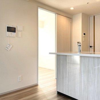 【Bed Room2】キッチンの横の扉から入れますよ。※写真は11階の同間取り別部屋のものです