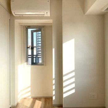 【Bed Room1】小窓は換気にも使えて便利です。※写真は11階の同間取り別部屋のものです