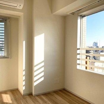 【Bed Room1】二面採光で日当たりも良好。※写真は11階の同間取り別部屋のものです