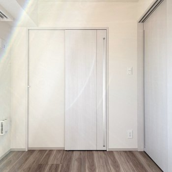 【Bed Room1】正面の扉はウォークインクローゼット。※写真は11階の同間取り別部屋のものです