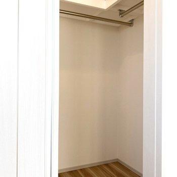 【Bed Room1】衣類以外にもまとめて収納できますね。※写真は11階の同間取り別部屋のものです