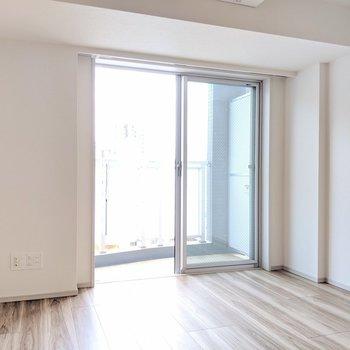 【リビング】二人掛けのソファを壁沿いに※写真は8階の同間取り別部屋のものです