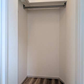 【洋室②】長い丈の洋服がかけられますね※写真は8階の同間取り別部屋のものです