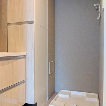 洗濯機置き場は奥に※写真は8階の同間取り別部屋のものです