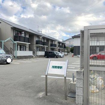 駐車場は3棟のアパート共有。