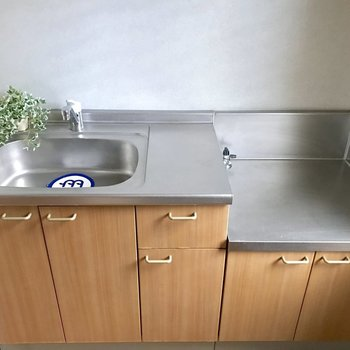 コンロは持ち込みです。食材を切るスペースがあって使いやすそう◎(※写真は別棟1階同間取り角部屋、モデルルームのものです)