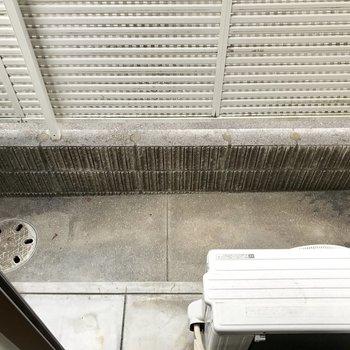 バルコニーは結構狭め。物干し竿の位置が高いから外干しには問題なさそう。(※写真は別棟1階同間取り角部屋、モデルルームのものです)
