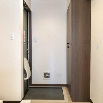 こちらが玄関。※写真はクリーニング前のものです