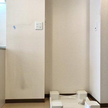 キッチン横が冷蔵庫と洗濯機置場。※写真はクリーニング前のものです