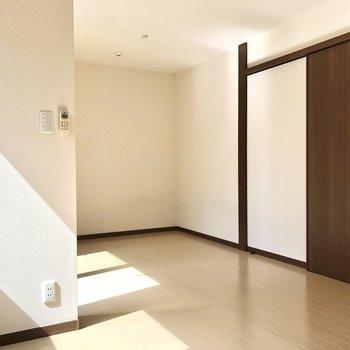 扉の枠が素敵です。※写真はクリーニング前のものです