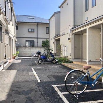 駐輪スペースは玄関を出てすぐ。