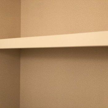 上部には収納棚付き。