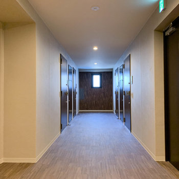こちらお部屋前共用部。ホテルのような雰囲気。