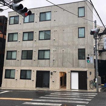 真四角でコンクリ感がクールな建物です。
