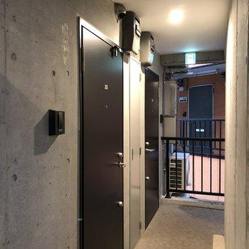 手前のドアが今回紹介したお部屋です。