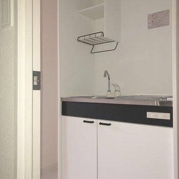 キッチンはコンパクトに。※写真は通電前のものです