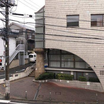 窓からは道路と向かいの建物が見えました。