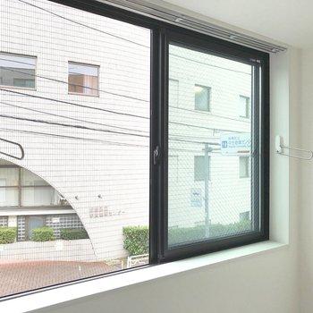 窓の横に物干し竿を掛けておけるフックがありますよ。