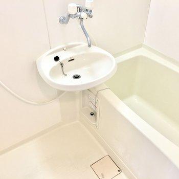 お風呂は洗面台とのユニット。(※写真は3階の同間取り別部屋のものです)