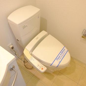 トイレはウォシュレット付き(※写真は2階の同間取り別部屋のものです)