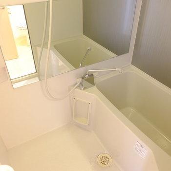 お風呂はコンパクト(※写真は2階の同間取り別部屋のものです)