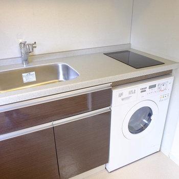 洗濯機と一体型のキッチン(※写真は2階の同間取り別部屋のものです)