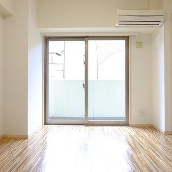 開口方角は南向き(※写真は2階の同間取り別部屋のものです)