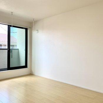 白い壁には写真や絵を飾ろうかな