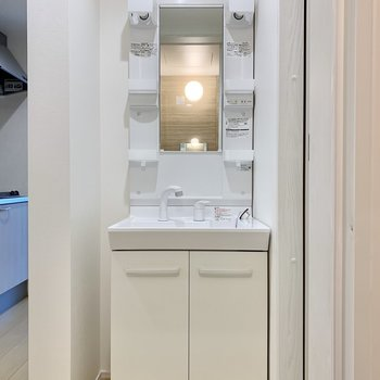 コンパクトだけどしっかり収納のある洗面台です