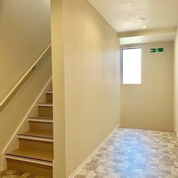 階段でお部屋まで上がります