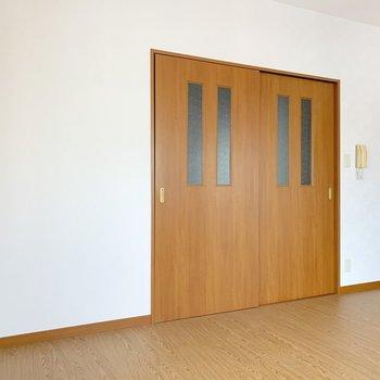 片方の引き戸は壁として家具を寄せて置いてもいいかもね。