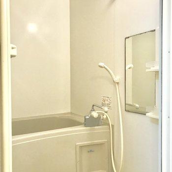 白色のシンプルな内装の浴室です。