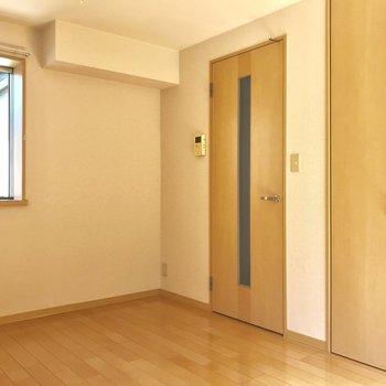 奥から廊下の扉とクローゼットです。