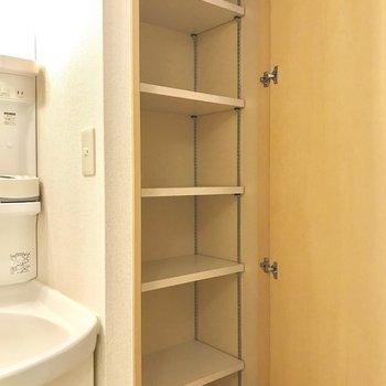右にバスタオルなどを収納する棚があります。